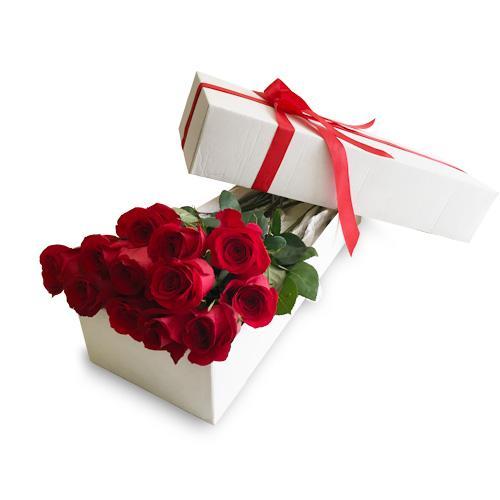 Caixa branca com rosas encarnadas