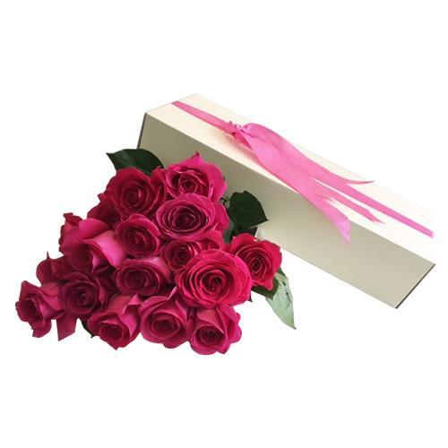 Caixa branca com rosas rosa