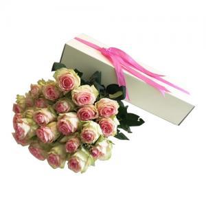 Caixa branca com rosas rosa claro